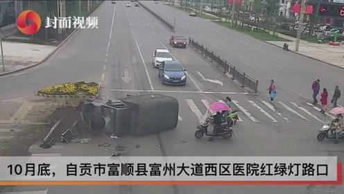 小货车猛撞分隔带侧翻驾驶人被困 众人抬车将其救出