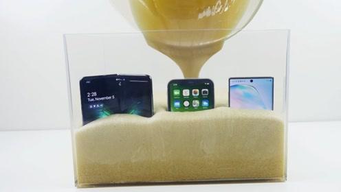 将三星手机和苹果手机放进膨胀泡沫中,结束如何?折叠手机有点可怜