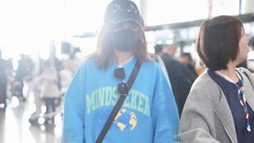赵薇现身机场,穿印花卫衣搭牛仔裤超减龄,43岁依旧有少女感