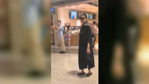 岁月不饶人!60岁倪萍造型精致,步履维艰走路的样子让人很心酸
