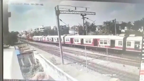对撞瞬间曝光!2列火车高速相撞 车厢被挤压飞起乘客惊慌逃出