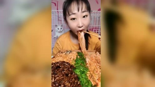 美女吃辣白菜,被后面的猫抢镜了