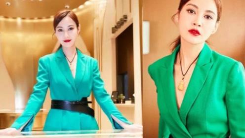 杨雪一身大绿色西装出席活动,气质凸显,微笑唇撞脸Baby