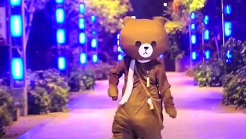网红熊一发完传单,就跑到公园去尬舞,真的是太厉害了