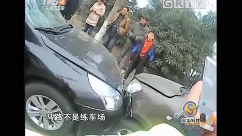 女司机转弯一头撞上等红灯小车!这是有仇啊?!