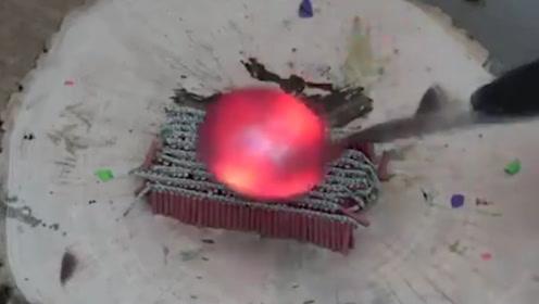 老外作死将1000度勺子放在300根鞭炮上,场面直接炸裂,老外都懵了