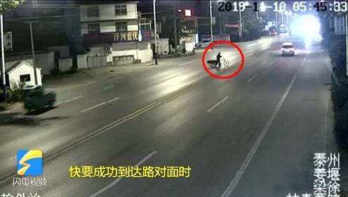 揪心!路人推三轮车过马路被撞飞,旋转数圈后落地
