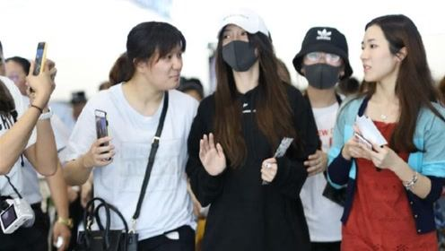 baby机场被粉丝搭话,毫无反应一副嫌弃不理人!网友:装什么装!