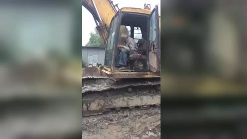 这么大年纪了还学开挖机