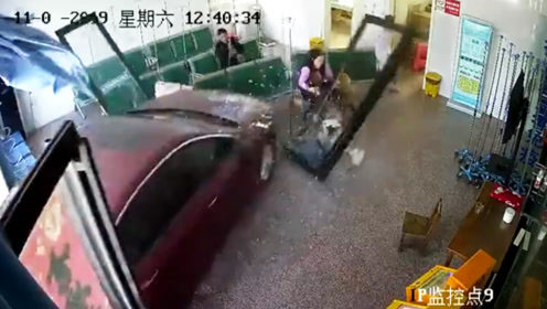 私家车失控冲进医院大厅瞬间撞飞4人 监拍恐怖一幕