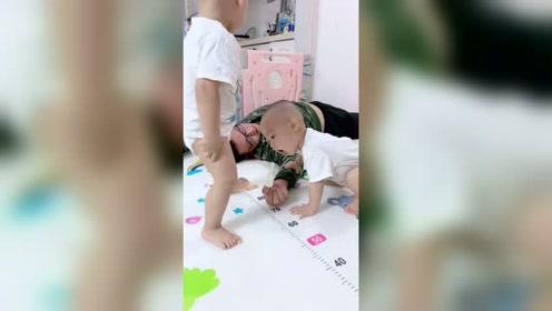 """爸爸在家假装晕倒,接下来双胞胎儿子做了一个""""惊人""""举动"""