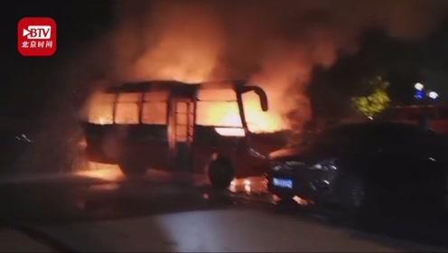 """16岁少年凌晨连烧两辆车 被抓后称""""为寻开心"""""""