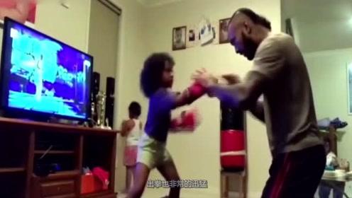 小女孩酷爱拳击,跟随爸爸学练拳,简直酷毙了!