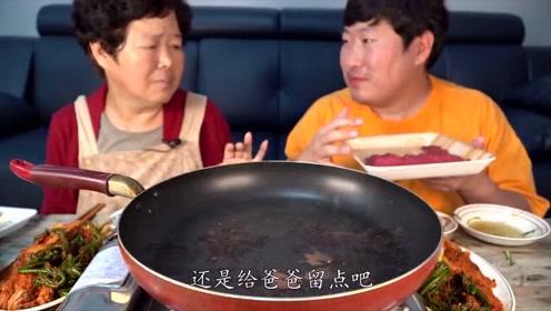 韩国农村一家人:妈妈和儿子在一起吃烤肉,还要留一点给爸爸,真温馨!