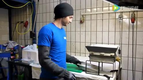 国外牛人把冰块放进撕碎机,自制简易爽口冰淇淋