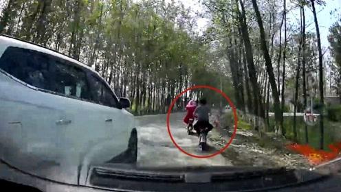 无证!超速!实拍:河南男子无证驾驶撞飞电动车逃逸致1死1伤