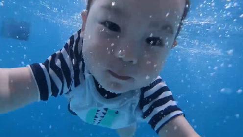 1岁半的小宝宝学游泳,一进到水里,立马变成了一条欢快的小人鱼