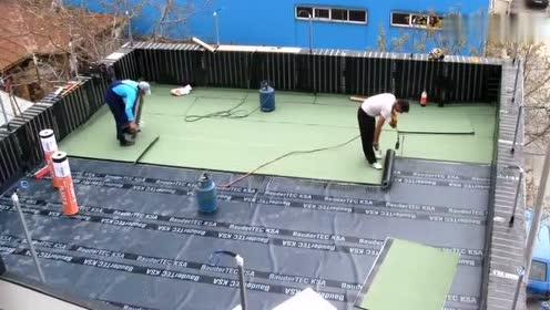 德国工人给屋顶做防水处理,据说管用50年,怎么做到的?