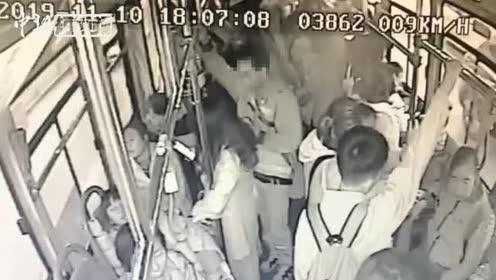 """男子公交车上猥亵乘客14岁女学生将其""""锁喉""""并报警"""