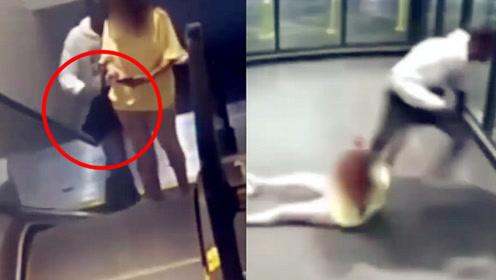 监拍:美国女子遭劫匪背后偷袭抢包 拼命抵抗遭残忍拖拽