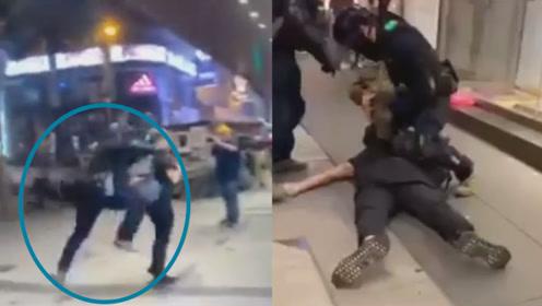 """太帅了!港警街头抓捕示威者狂奔跃起一个""""猎豹式""""飞扑将其撂倒"""