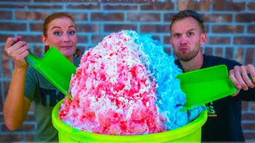 老外DIY制作100磅重的冰淇凌,吃起来啥感觉?看着都凉快!