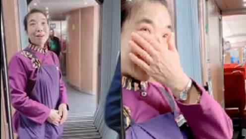 泪目!消防员高铁上偶遇战友母亲,强忍泪水不忍打扰儿子
