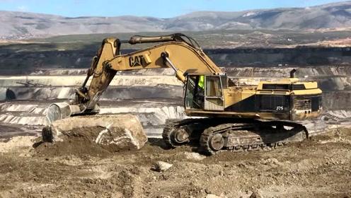 用巨石装配的Cat 375挖掘机