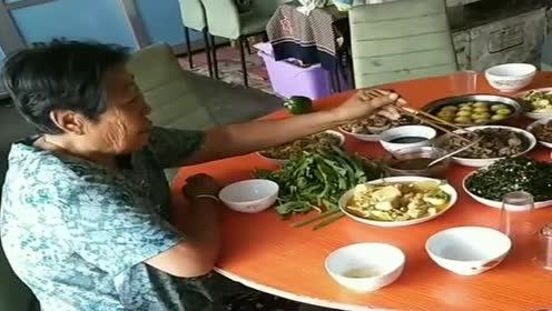 客人没上桌!老太太就上桌子吃上了!真是个老小孩
