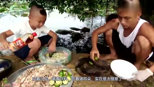 父子俩脑洞大开去河边做超大一锅猪耳朵,场面开眼界了