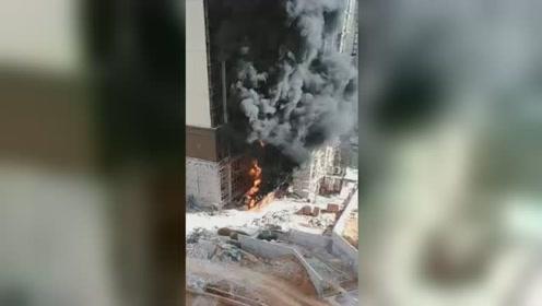 广西藤县一楼盘突发起火 整栋大楼被浓烟笼罩场面吓人