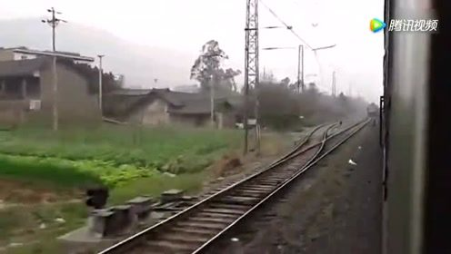昭通至内江5636次绿皮车通过宜宾豆坝站 K1273次停车待避