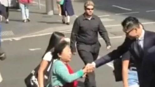 高云翔法庭外与粉丝握手互动 庭审首度落泪原因曝光