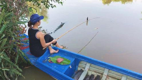 乡村小妹很会享受生活,坐在船头悠然钓鱼,下一幕大野货即将到手