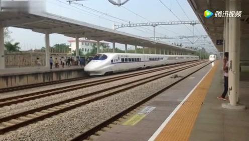 南广高铁上的桂平站 两列高铁动车组几乎同时进站