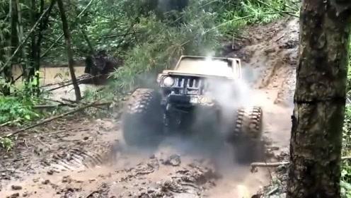 国外小伙驾驶汽车在泥坑里蹦来蹦去!