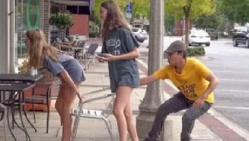 国外街头恶作剧,老外把路人椅子抽走,结果被人追着满街跑