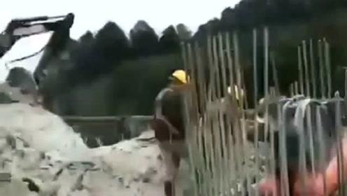 在这上面开挖掘机要有胆量,不然会被吓到的,网友:为了生活真不易!