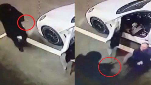 监拍:俄罗斯一律师停车场遭枪手持枪伏击 律师迅速反抗惊险逃生