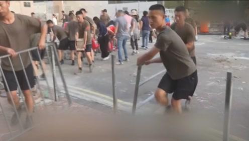 驻港部队协助市民清理路障 赢得市民掌声