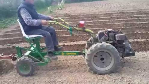 50岁大叔发明小型拖拉机犁地机,一天能犁10亩地,1500元造一台