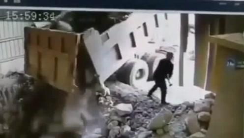 悲剧!男子刚跨出那一步, 瞬间掉下大石头,惨被砸中不幸身亡