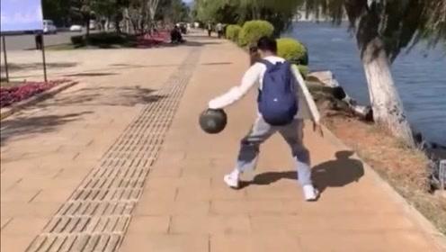 问君能有几多愁,恰似篮球掉到江里头