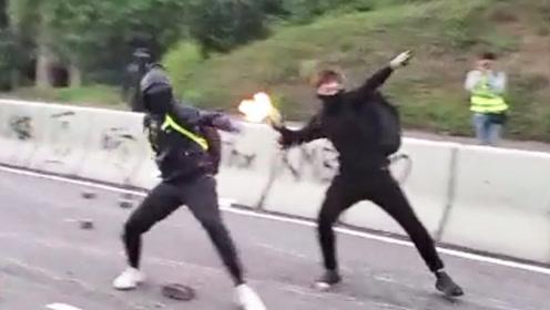 人性何在?不满市民清理路障 暴徒竟两度向市民投掷汽油弹