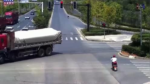 电动车司机路口闯红灯!没想到被轿车直接撞飞!
