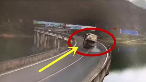 过弯不减速的半挂车,要不是监控拍下,谁会相信!
