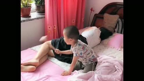 美女小姨在床上熟睡!下一刻外甥竟这么皮!真是没谁了!