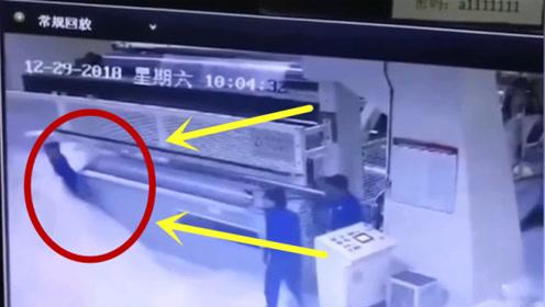 机器正在进料,男子站在一边瞬间被卷了进去,监控拍下绝望画面