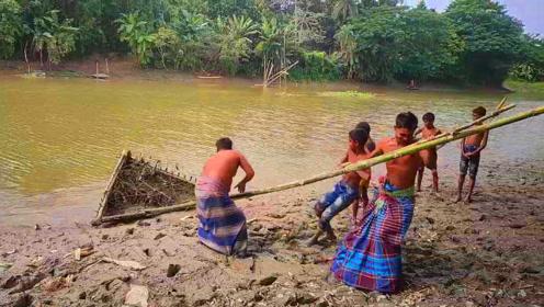 印度大叔自创的捕鱼方法,村民骂他脑子进水了,结果拉上岸后笑了