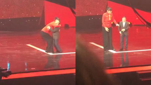 最萌身高差!潘长江被2米女嘉宾熊抱,网友:像极了妈妈抱着孩子